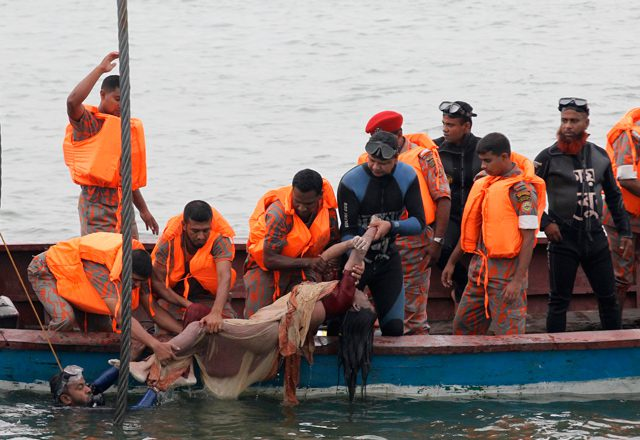 Firefighters retrieve the body of a passenger after the M.V. Miraj-4 ferry capsized in the Meghna river at Rasulpur in Munshiganj district May 16, 2014. A Bangladeshi official said on Friday there was no chance of finding further survivors of the ferry that sank in a storm with about 200 people on board, the latest in a series of fatal ferry accidents to hit the poverty-stricken country. (c) REUTERS/Andrew Biraj